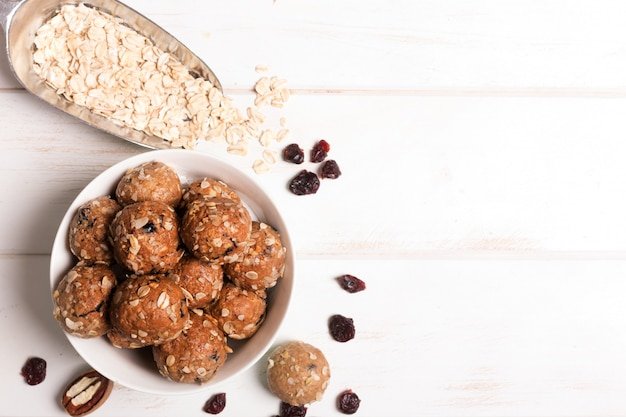 Gesunde müslikapseln aus bio-energie mit nüssen, kakao, hafer und rosinen - vegetarische süße bissen ohne zucker