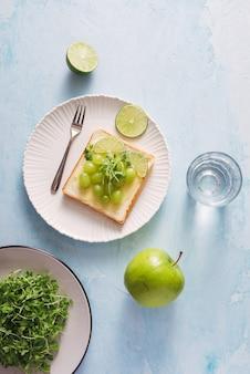 Gesunde nahrung für die ernährung wie brot, obst und gemüse