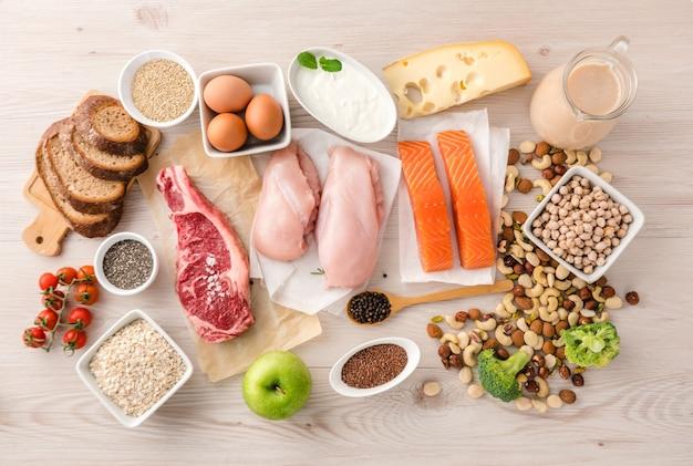Gesunde nahrung für vitalität und energie mit super-nahrungsmitteln, die reich an eiweiß und kohlenhydraten sind