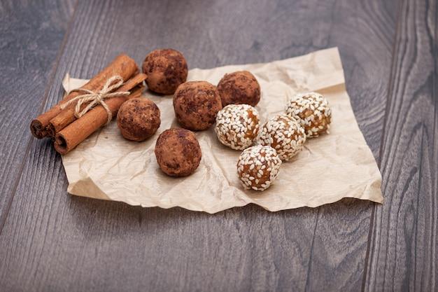 Gesunde natürliche süßigkeiten und bonbons aus natürlichen zutaten, handgefertigter energieball mit nüssen und getrockneten früchten.