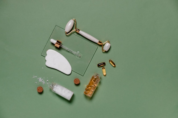 Gesunde naturkosmetik in mehrwegflaschen aus dunklem glas. hyaluronsäure mit pipette.