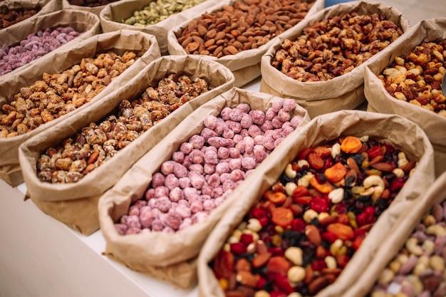 Gesunde nüsse und trockenfrüchte