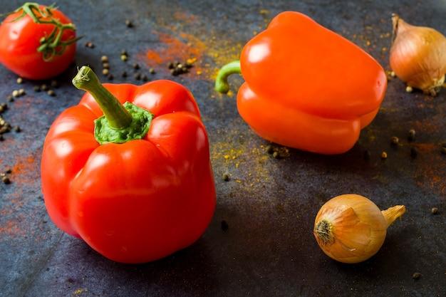 Gesunde paprika auf einem dunkelblauen hintergrund