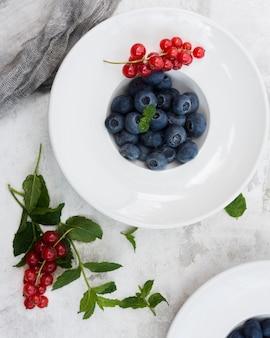 Gesunde preiselbeeren und blaubeeren am morgen