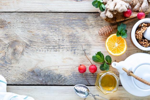 Gesunde produkte für immunitätsverstärkung auf hölzernem hintergrund mit kopierraum-draufsicht. zitrone, nüsse, ingwer für das immunsystem
