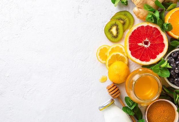 Gesunde produkte zur stärkung der immunität auf weiß