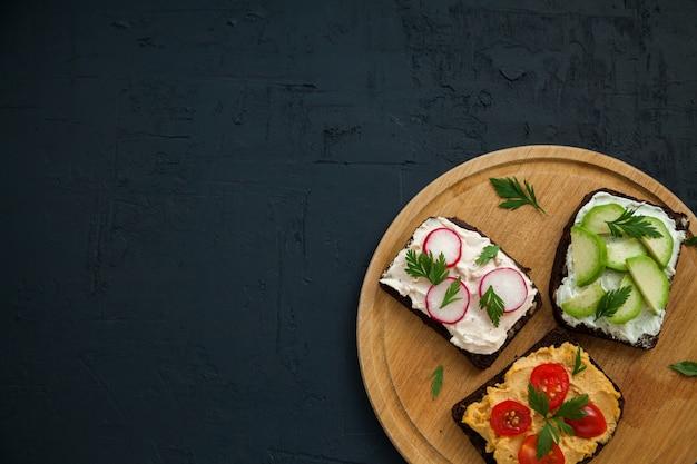 Gesunde roggenbrot offene sandwiches