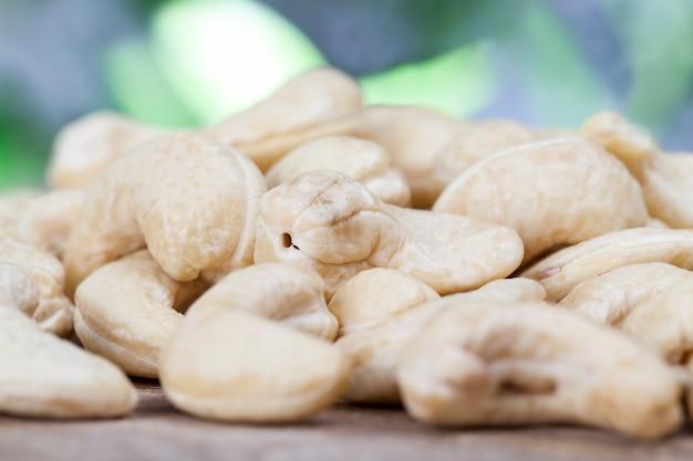 Gesunde rohe cashewnüsse, nahaufnahme von geschälten cashewnüssen