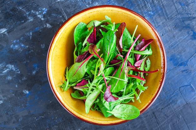 Gesunde salatblätter mischen