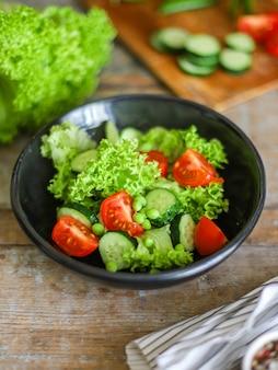 Gesunde salatgemüseblätter mischen
