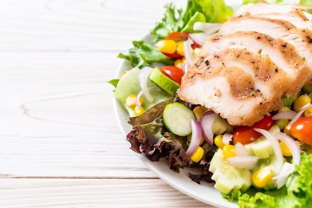 Gesunde salatschüssel mit der hühnchenbrust