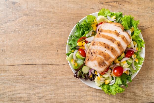 Gesunde salatschüssel mit hühnerbrust
