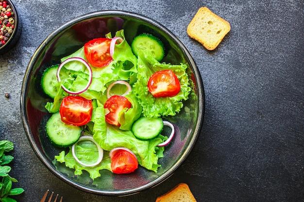 Gesunde salattomate, gurke, andere blätter mischen