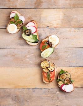Gesunde sandwiches mit radieschen-avocado, tomaten, radieschen und wachteleiern.