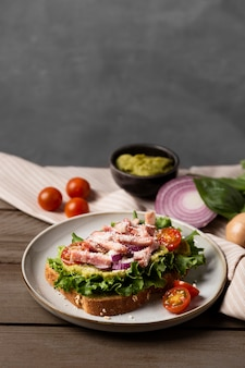 Gesunde sandwiches mit salat high angle