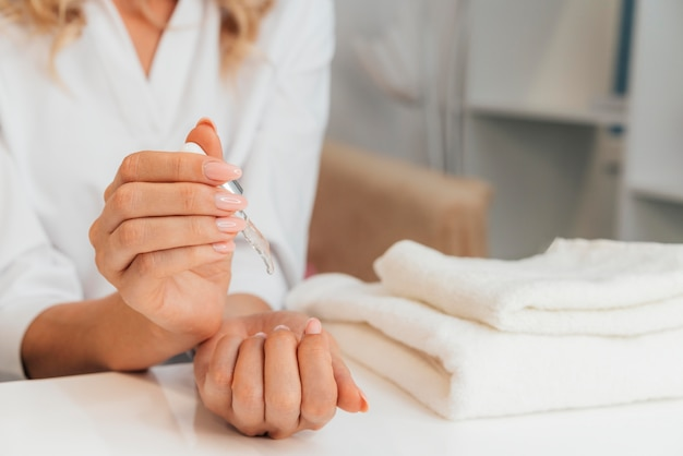 Gesunde schöne maniküre und handtücher