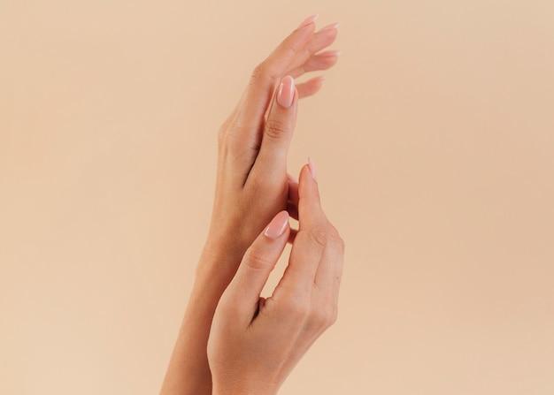 Gesunde schöne manikürefrauenhände