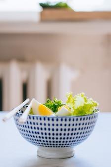 Gesunde schüssel, gurkensalat mit eiern