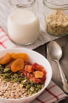 Gesunde schüssel muesli, kürbiskerne und trockene früchte
