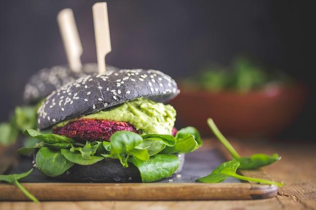 Gesunde schwarze burger vegan