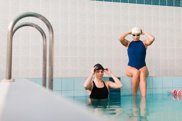 Gesunde schwimmer, die sich vorbereiten zu schwimmen