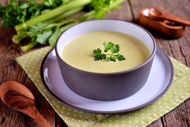 Gesunde selleriecremesuppe mit brokkoli, karotten und sahne.