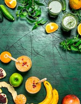 Gesunde smoothies aus früchten und kräutern. auf einem holztisch.