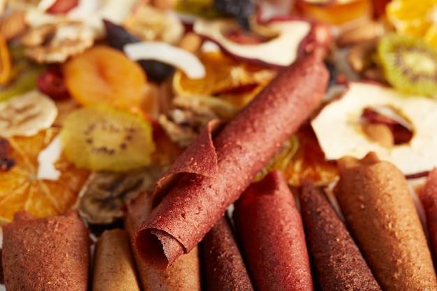 Gesunde sortierte trockenfrüchte und fruchtbonbons