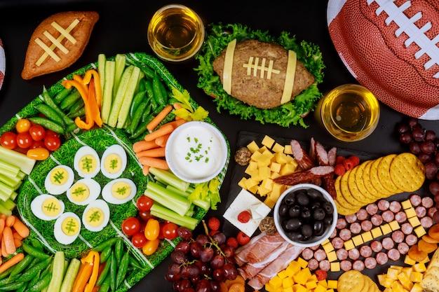 Gesunde speisen und getränke für die fußballspielparty.