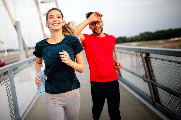 Gesunde sportliche junge freunde beim joggen und laufen im freien