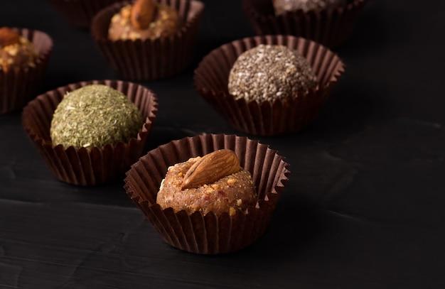 Gesunde süßigkeiten ohne zucker aus getrockneten früchten energiekugeln mit nüssen und trockenen minz- und chiasamen in einer packung