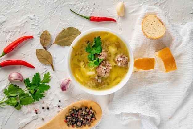Gesunde suppe, die an für abendessenmahlzeit isst