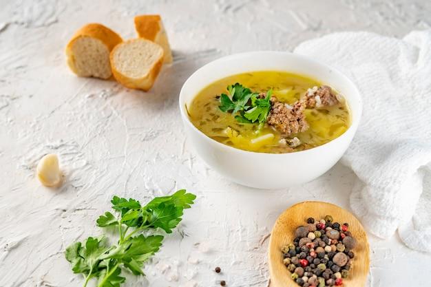 Gesunde suppe, die für abendessenmahlzeit auf weiß isst