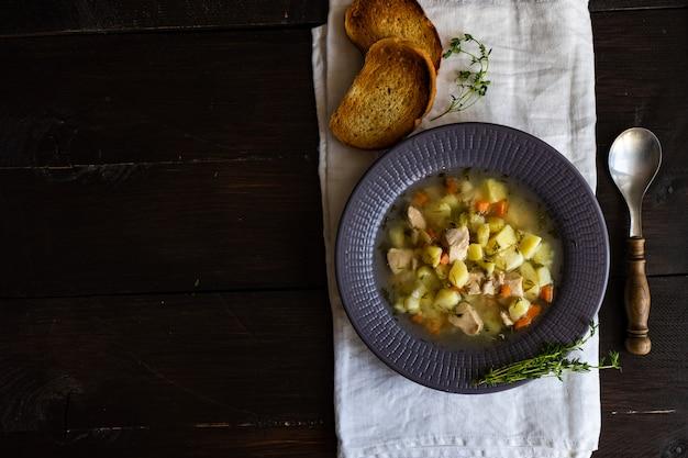 Gesunde suppe mit hühnerfleisch