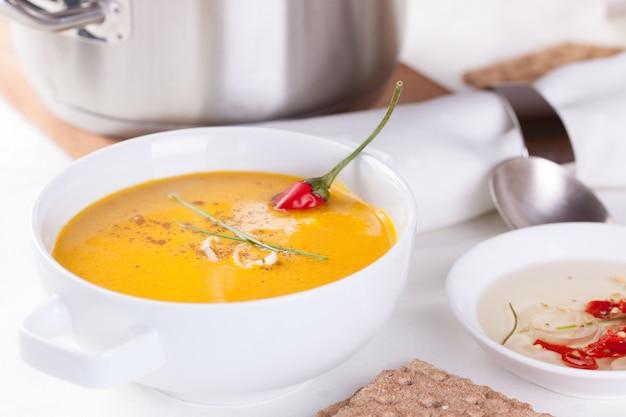 Gesunde suppe zum mittagessen