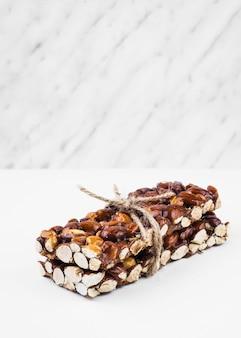 Gesunde trockenfrüchte gebunden mit schnur auf weißem hintergrund