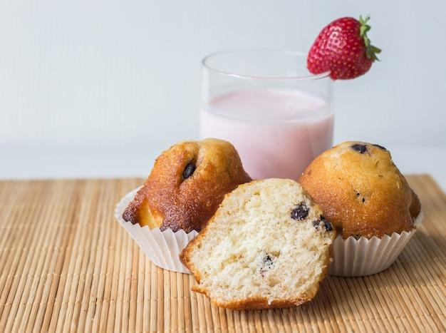 Gesunde und hausgemachte muffins und erdbeer-smoothie