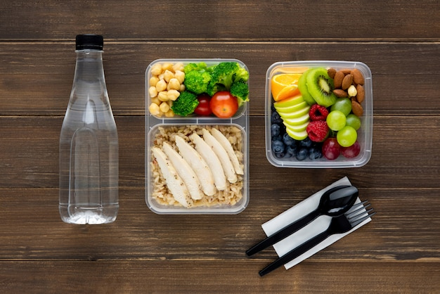 Gesunde und nahrhafte verpackte mittagessenmahlzeit auf einem holztisch