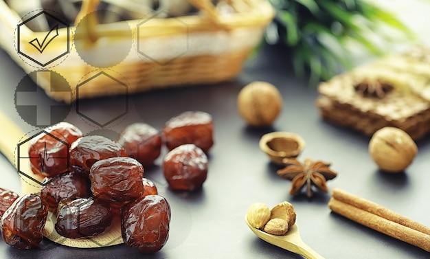 Gesunde und richtige ernährung fürs leben. gesunde lebensmittel. trockenfrüchte für die ernährung. pflaumen, datteln, rosinen und feigen.