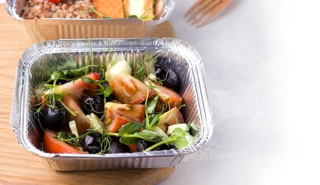 Gesunde und vegane lebensmittellieferung. frischer salat.