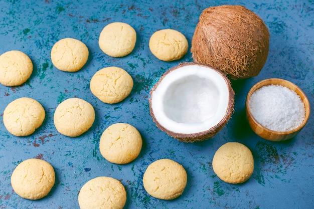 Gesunde vegane hausgemachte kokosnusskekse mit halber kokosnuss