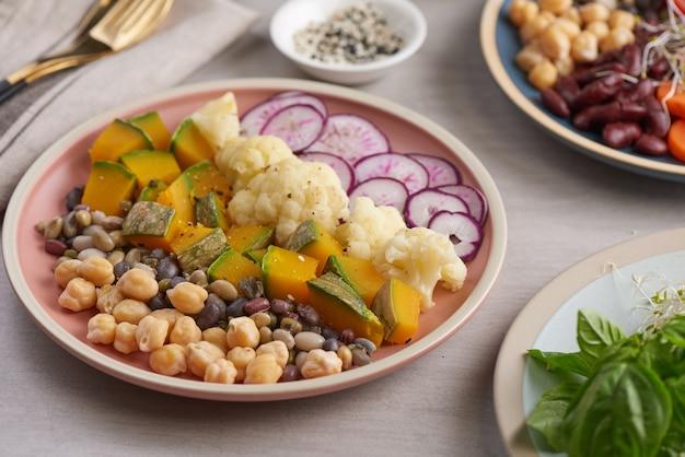 Gesunde vegane lunch bowl, buddha bowl salat. gesundes ausgewogenes vegetarisches lebensmittelkonzept.