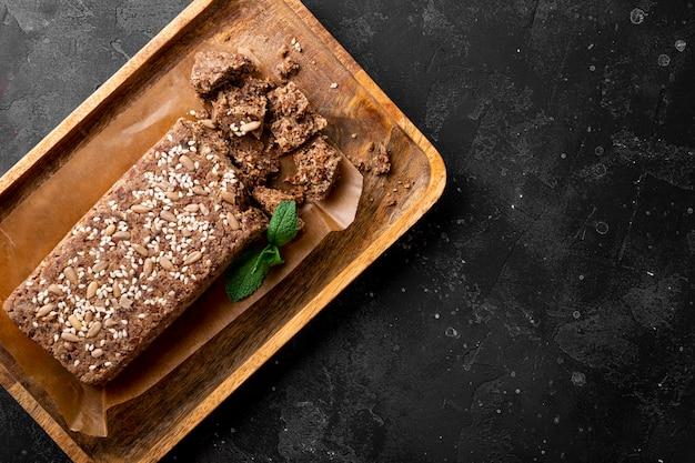 Gesunde vegane süßigkeiten zuckerfreie nüsse halva mit samen und sesam auf dem holz