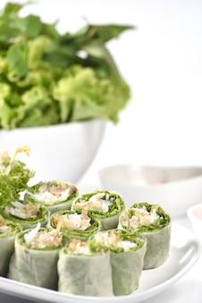 Gesunde vegetarische frühlingsrolle