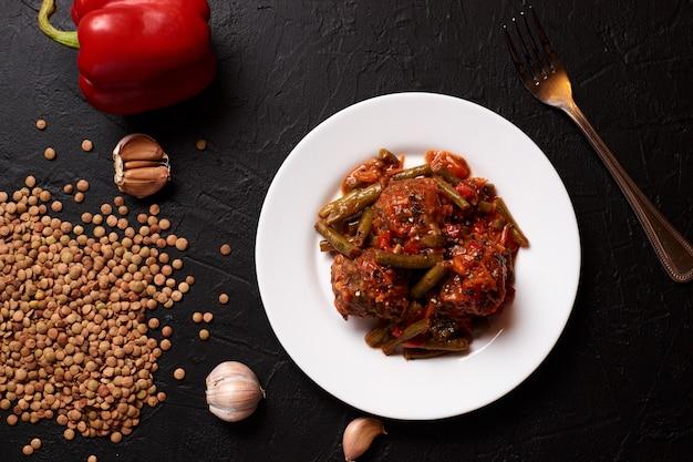 Gesunde vegetarische linsen-fleischbällchen mit tomatensauce und gemüse