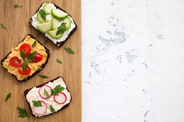 Gesunde vegetarische roggenbrot offene sandwiches