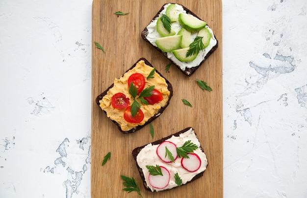 Gesunde vegetarische roggenbrot-sandwiches