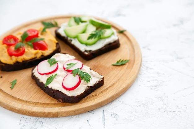 Gesunde vegetarische roggenbrot-toasts der nahaufnahme