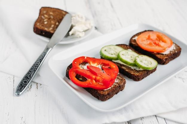 Gesunde vegetarische sandwiches zum frühstück