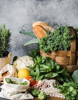 Gesunde vegetarische zutaten zum kochen. verschiedenes sauberes gemüse, kräuter, nuss und brot auf tabelle. produkte vom markt ohne kunststoff. kopieren sie platz